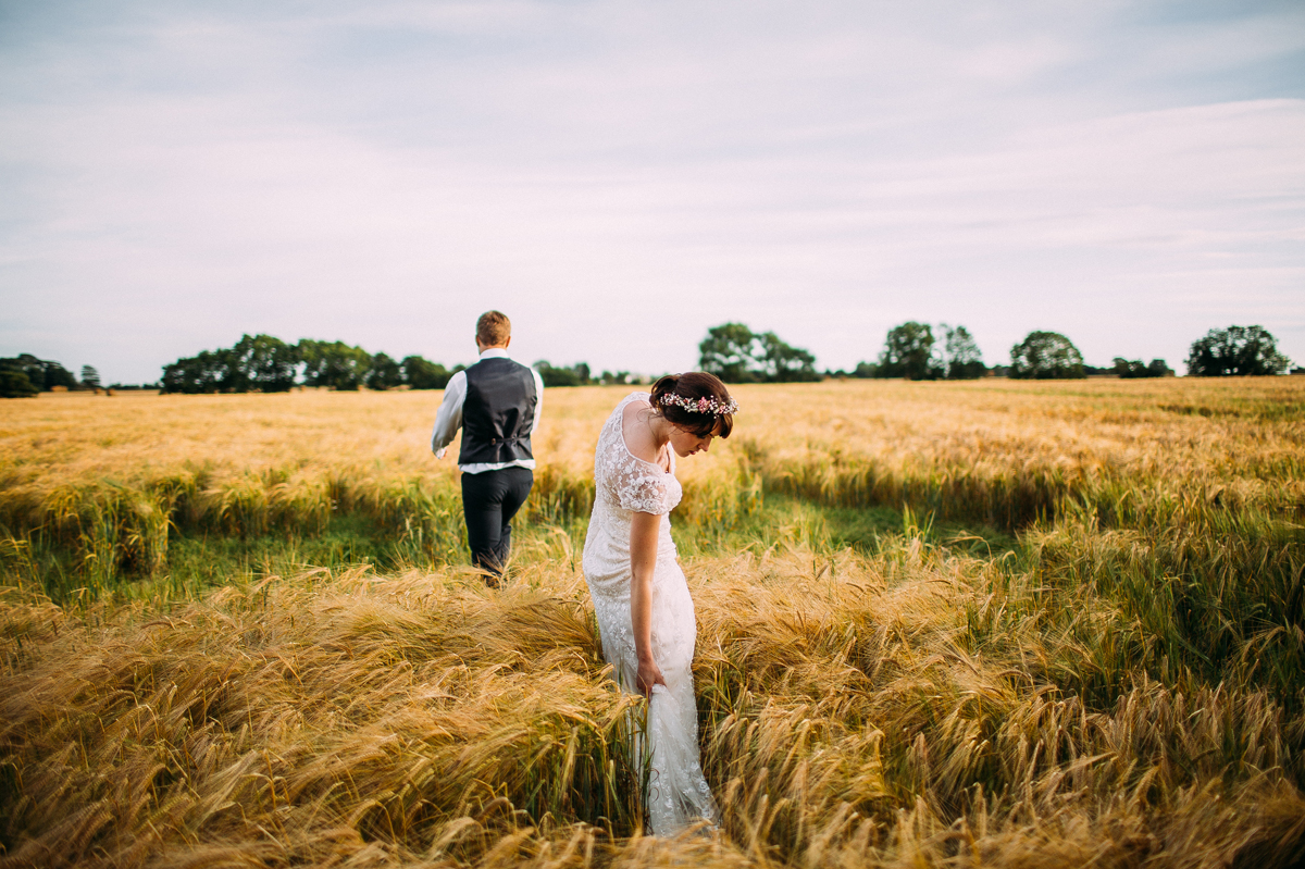 Natural wedding photo in the cornfields